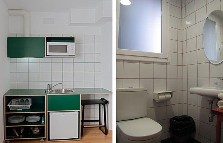 Fregadero, nevera, microondas y baño habitación comunicada
